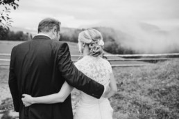 Braut und Bräutigam, Rückansicht in Schwarz Weiß