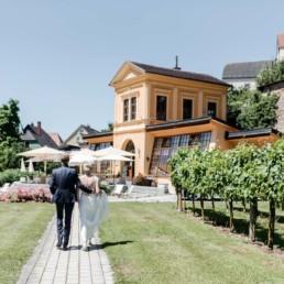 Das Brautpaar wandert zur Orangerie in Schärding