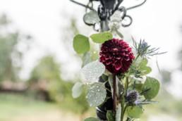 Dahlien und Disteln als Dekoration zur Hochzeit im bayerischen Wald.