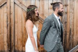 First Look - die Braut überrascht ihren Bräutigam. First Look festgehalten von Hochzeitsfotografin Veronika Anna Fotografie