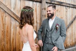 Bräutigam sieht seine Braut zum ersten Mal im Kleid, First look fotografiert von Hochzeitsfotografin Veronika Anna Fotografie aus Straubing