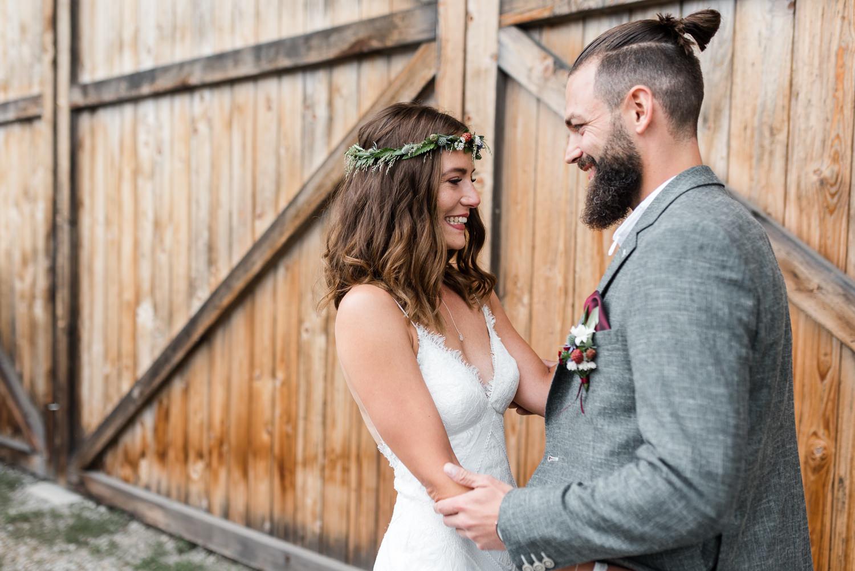 Paarshooting zur Hochzeit, Braut und Bräutigam am Grandsberger Hof, bayerischer Wald