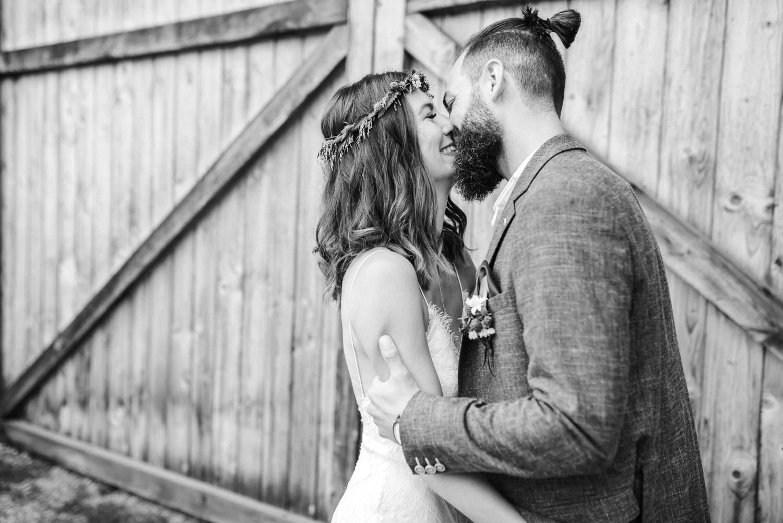 Bräutigam küsst seine Braut am Hochzeitsmorgen, Veronika Anna Fotografie.