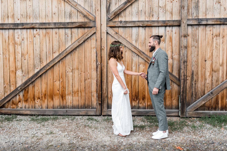 Paarshooting Braut und Bräutigam am Grandsberger Hof, fotografiert am Hochzeitsmorgen von Veronika Anna Fotografie.