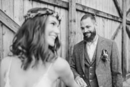 Bräutigam begutachtet das Kleid seiner Braut. Foto Veronika Anna Fotografie