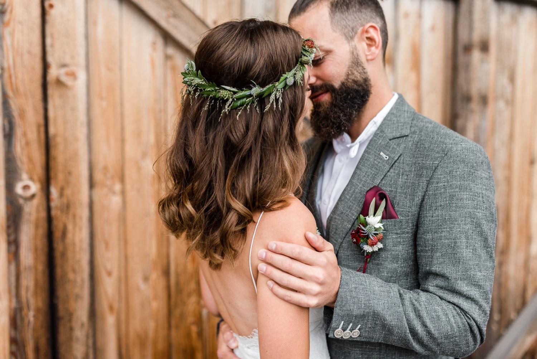 Innige Momente beim Brautpaarshooting am Grandsberger Hof, Veronika Anna Fotografie für Hochzeiten in Deggendorf und Umgebung