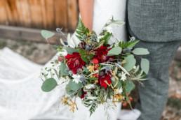 Brautstrauß mit Dahlien und Disteln, Boho Hochzeit im bayerischen Wald