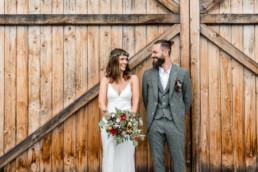 Glückliches Brautpaar am großen Tag, aufgenommen am Grandsberger Hof von Veronika Anna Fotografie