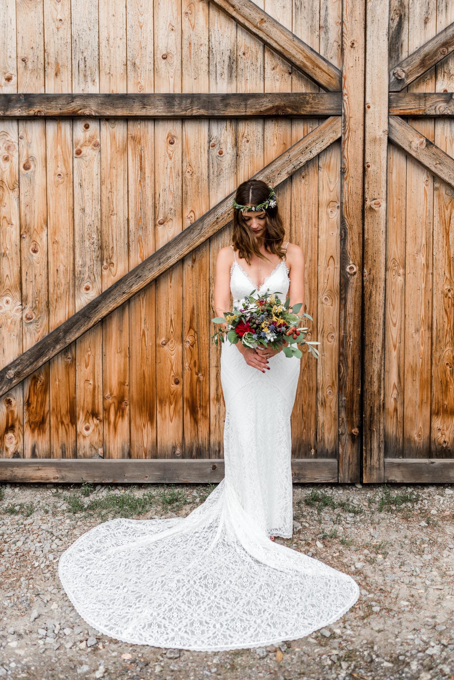 Die Braut mit einem traumhaften Boho Weddingdress fotografiert von Veronika Anna Fotografie am Grandsberger Hof
