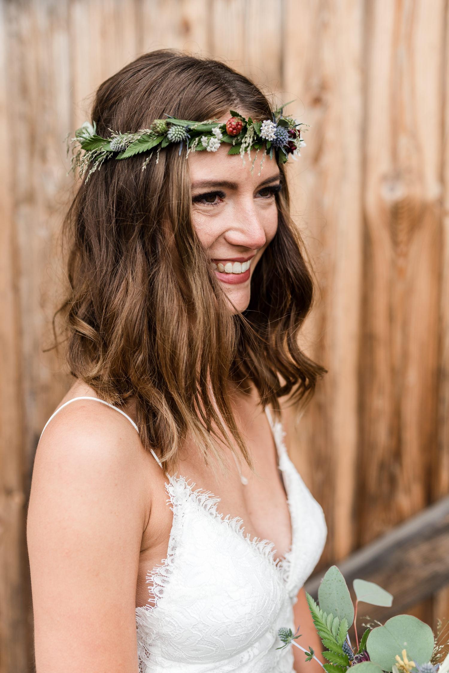 Braut mit Haarkranz aus Disteln, fotografiert bei Boho Wedding am Grandsberger Hof.