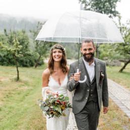 Strahlendes Brautpaar bei Regen im bayerischen Wald, fotografiert von Veronika Anna Fotografie