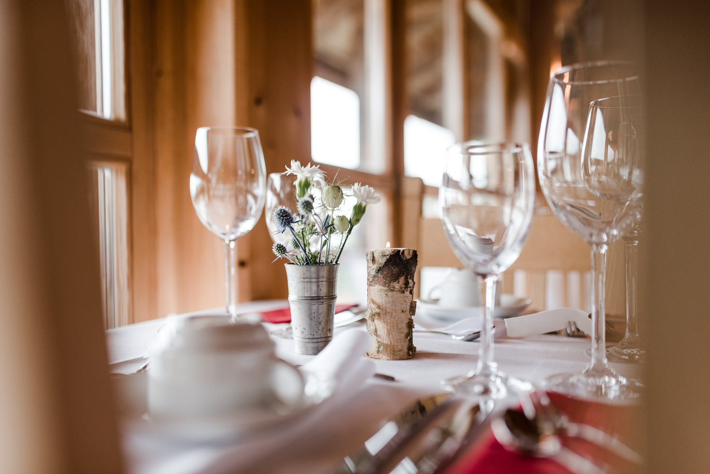 Tischdekoration mit Birke und regionalen Blumen bei nachhaltiger Hochzeit am Grandsberger Hof, bayerischer Wald.