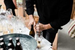 Sekt und Bierempfang der Gäste bei Hochzeit im bayerischen Wald am Grandsberger Hof.