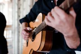 Gitarre der Musiker in Nahaufnahme, bei Hochzeit am Grandsberger Hof.