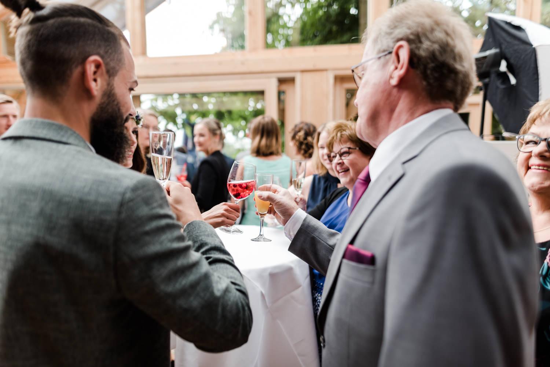 Cheers - auf das Brautpaar. Sektempfang am Grandsberger Hof.