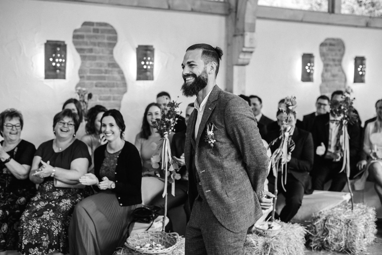 Strahlender Bräutigam, Hochzeit am Grandsberger Hof, Veronika Anna Fotografie