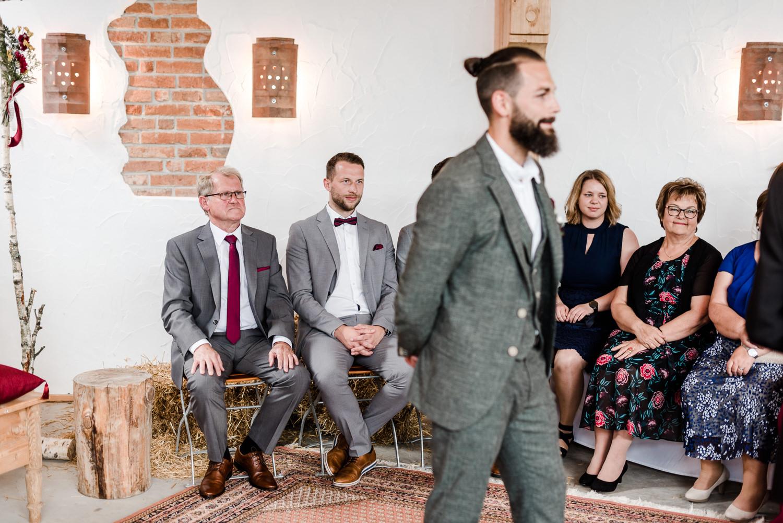 Bräutigam wartet auf die Braut, Foto Veronika Anna Fotografie