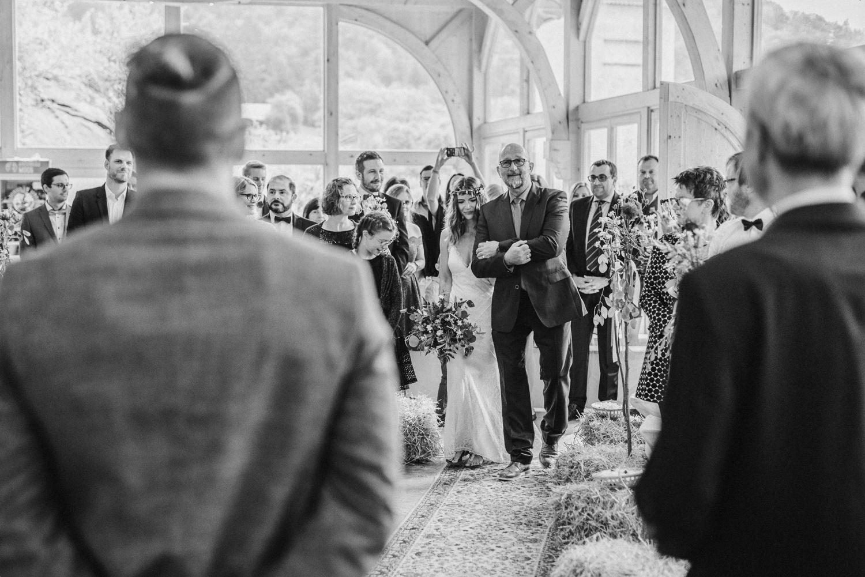 Brautvater bringt die Braut nach vorne, Scheunenhochzeit Grandsberger Hof