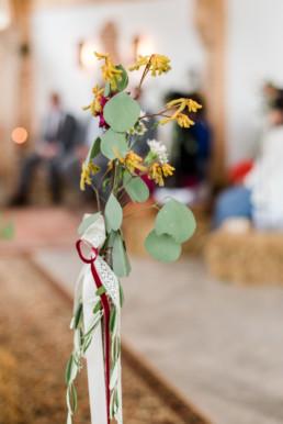 Dezenter Blumenschmuck aus regionalen Pflanzen bei Hochzeitsfeier am Grandsberger Hof.