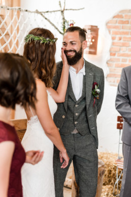 Süße Momente an der Hochzeit, festgehalten von Veronika Anna Fotografie, Hochzeitsfotografin Deggendorf