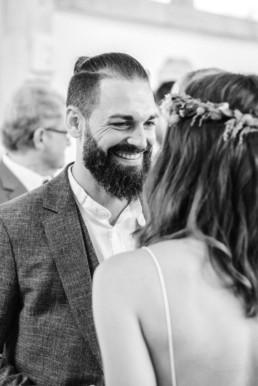 Momentaufnahme Frisch getraut - Natürliche Hochzeitsfotos von Veronika Anna Fotografie.