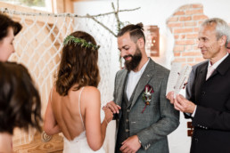 Ringtausch bei freier Trauung im bayerischen Wald fotografiert von Hochzeitsfotografin Veronika Anna Fotografie