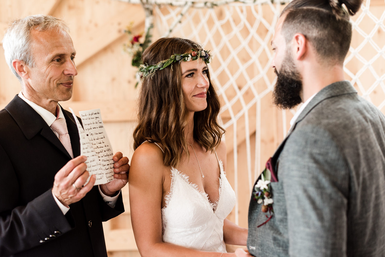 Braut ist zu Tränen gerührt bei Hochzeit am Grandsberger Hof, Natürliche Hochzeitsfotos von Veronika Anna Fotografie