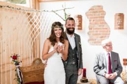 Glückliches Paar bei freier Trauung am Grandsberger Hof, Deggendorf