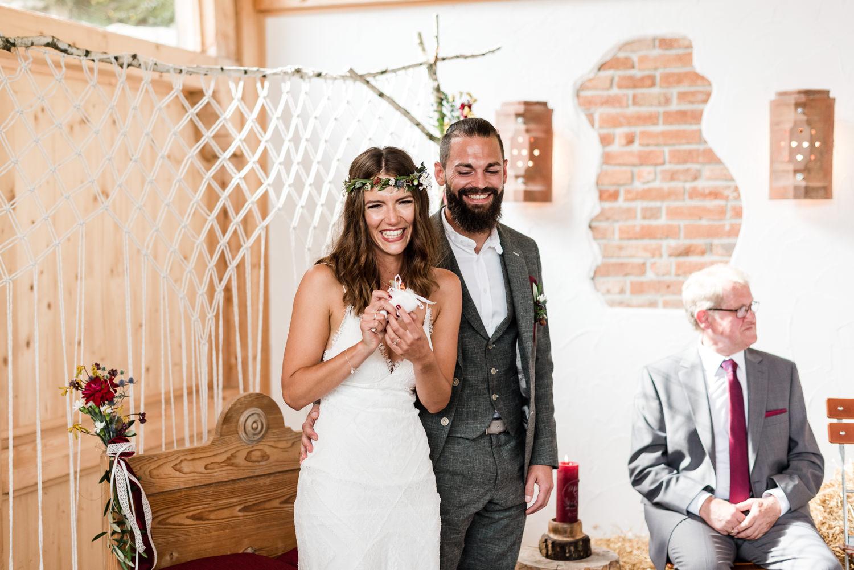 Glückliche Paar bei freier Trauung am Grandsberger Ho, Deggendorf