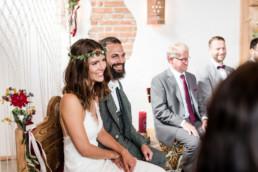 Lächelndes Brautpaar bei moderner Hochzeit am Grandsbgerger Hf, bayerischer Wald