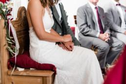 Brautpaar hält einander an den Händen, bei Hochzeit am Grandsberger Hof