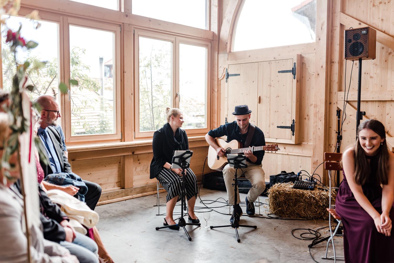 Hochzeitsmusiker in der Scheune am Grandsberger Hof, fotografiert von Veronika Anna Fotografie.