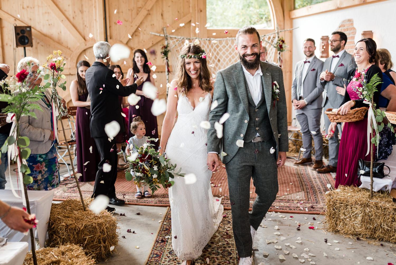 Blumenregen für das Brautpaar am Grandsberger Hof, bayerischer Wald.