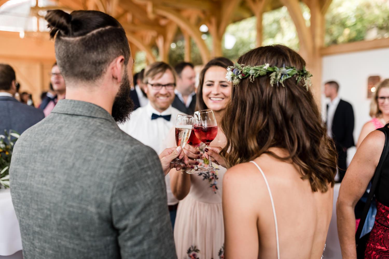 Cheers to Bride and Groom, Grandsberger Hof, fotografiert von Veronika Anna Fotografie, Hochzeitsfotografin