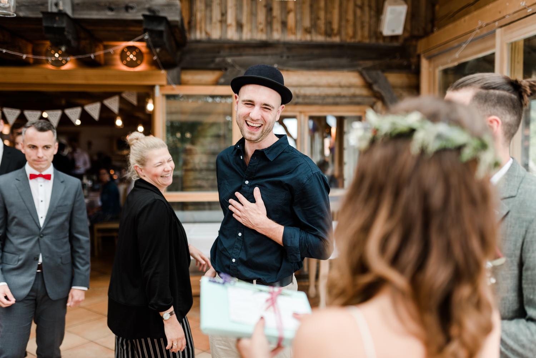 Gäste überreichen ihre Geschenke dem Brautpaar, bei Hochzeit am Grandsberger Hof.