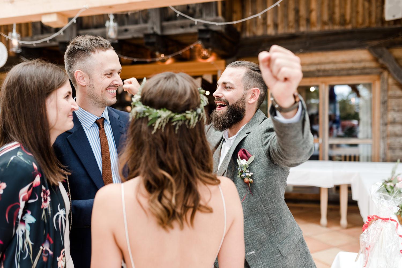 Glücklicher Bräutigam fotografiert von Veronika Anna Fotografie, Hochzeitsfotografin Deggendorf.