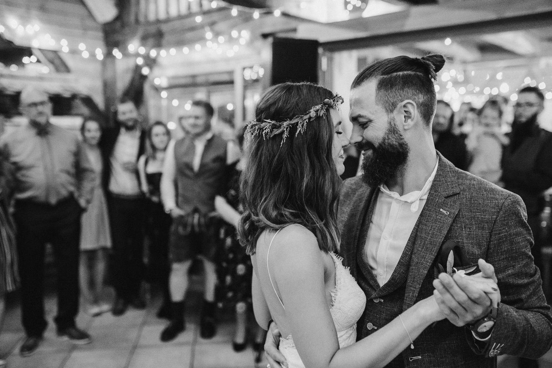 Romantischer Tanz von Braut und Bräutigam inmitten der Hochzeitsgäste, aufgenommen von Hochzeitsfotografin Veronika Anna Fotografie, Deggendorf