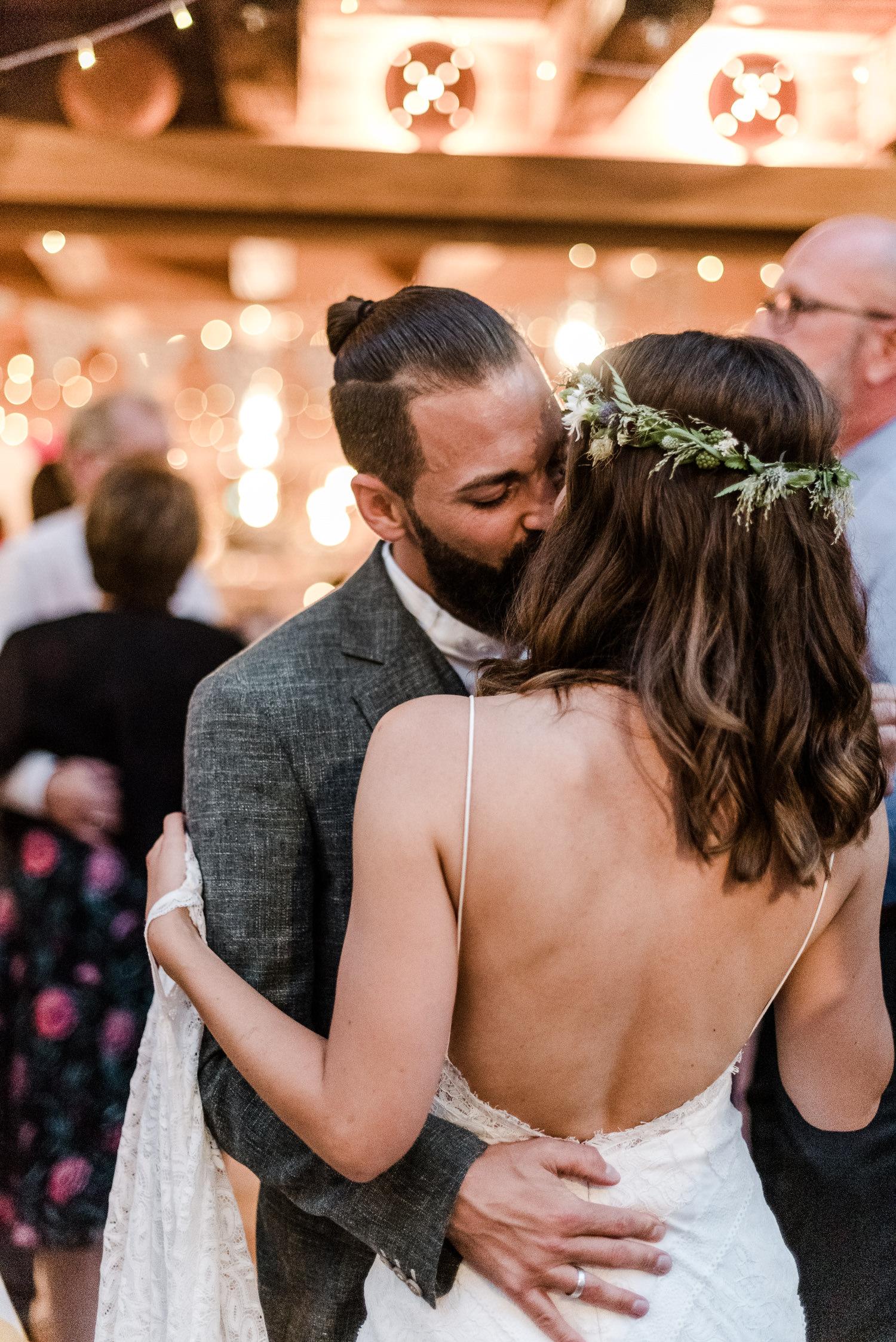 Braut und Bräutigam beim Kuss auf der Tanzfläche am Grandsberger Hof, bayerischer Wald