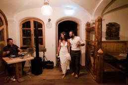 Brautpaar ohne Schuhe am Abend der Trauung im Grandsberger Hof, fotografiert von Hochzeisfotografin Veronika Anna Fotografie