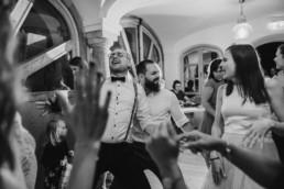 Bräutigam um Trauzeuge auf der Tanzfläche am Grandsberger Hoch, Hochzeitsfotografin Veronika Anna Fotografie