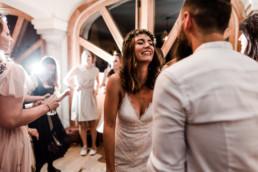 Brautpaar tanzt ausgelassen bei Hochzeit am Grandsberger Hof, fotografiert von Veronika Anna Fotografie.
