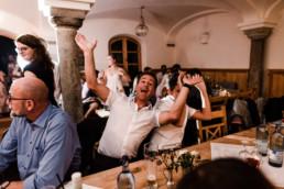 Glückliche Hochzeitsgäste am Gransberger Hof Deggendorf, Heiraten im bayerischen Wald mit Veronika Anna Fotografie