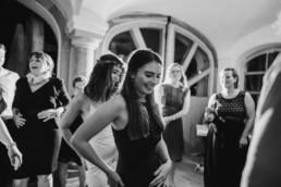 Tanzende Partygäste bei Deggendorf am Grandsberger Hof, bayerischer Wald