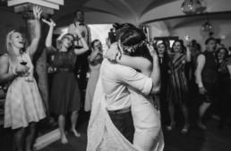 Umarmung Brautpaar bei Hochzeit im bayerischen Wald am Grandsberger Hof Deggendorf fotografiert von Veronika Anna Fotografie