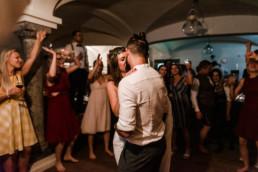 Brautpaar tanzt bei Hochzeit in Deggendorf, Grandsberger Hof, Hochzeitsfotografin Veronika Anna Fotografie aus Straubing