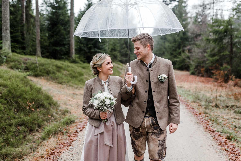 Regenhochzeit in Deggendorf, mit Brautpaarfotos im bayerischen Wald an der Rusel von Veronika Anna Fotografie