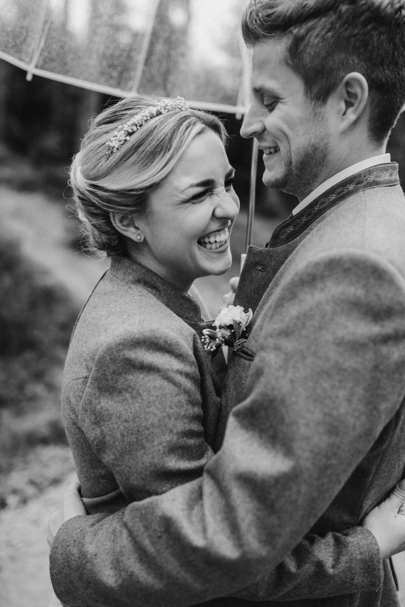 Brautpaar bei Regenhochzeit im bayerischen Wald, Fotografiert von Veronika Anna Fotografie Deggendorf