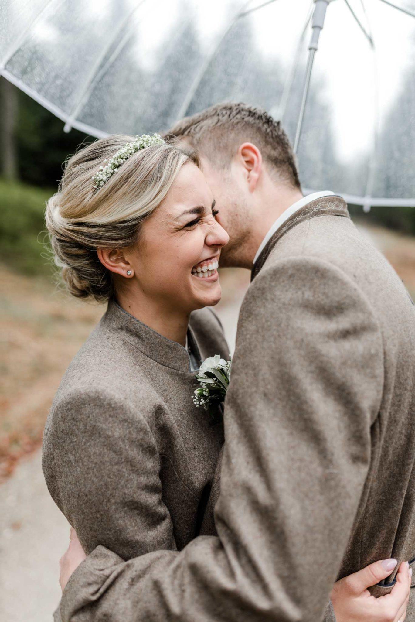 Brautpaar mit Schirm bei Regenhochzeit im bayerischen Wald, an der Rusel.
