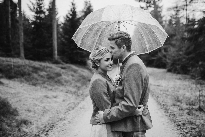 Regenhochzeit an der Rusel im Bayerischen Wald fotografiert von Hochzeitsfotografin Veronika Anna Fotografie, Deggendorf