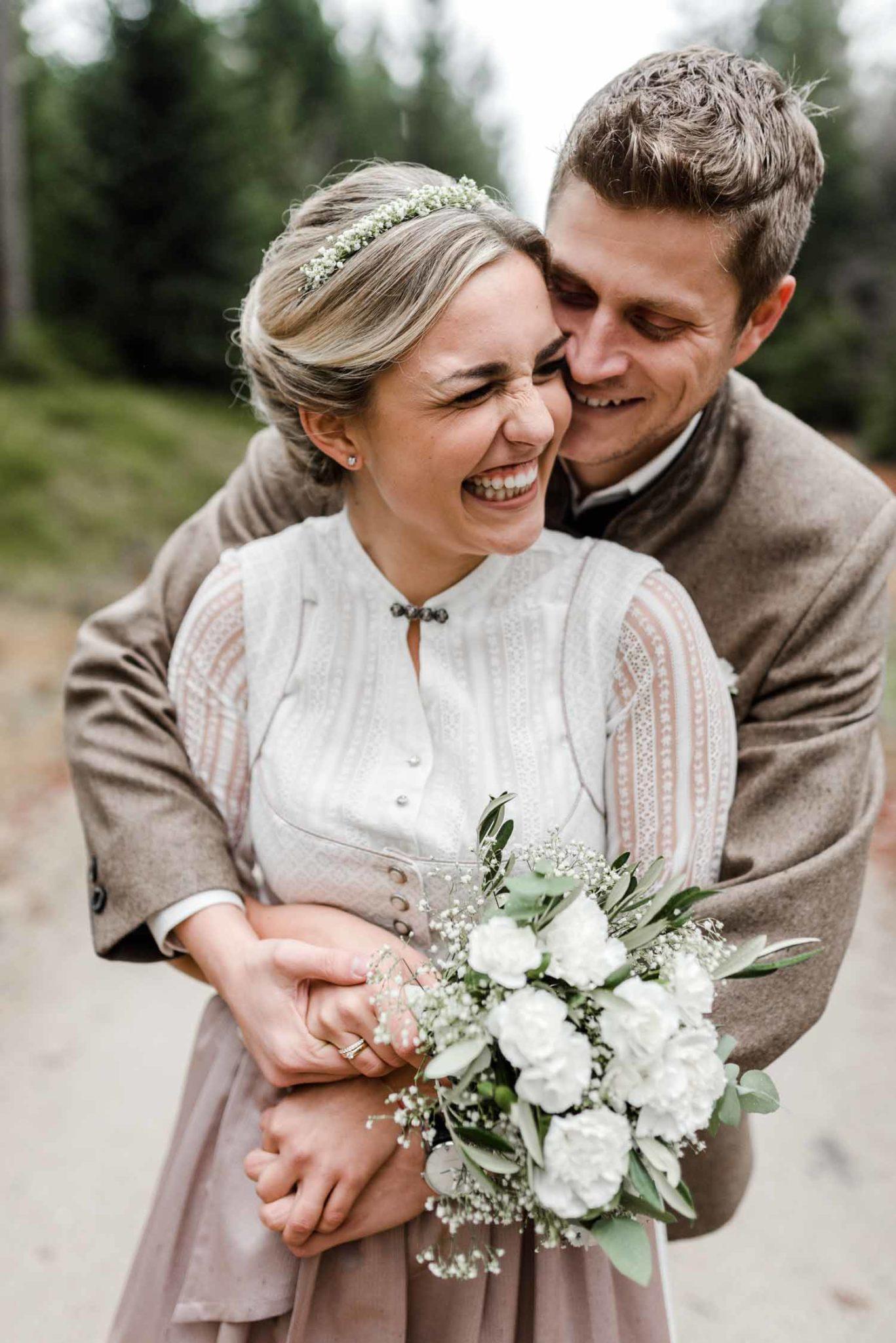 Standesamtliche Hochzeit Deggendorf in Tracht, fotografiert im bayerischen Wald an der Rusel von Veronika Anna Fotografie.